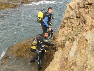 divers in a rock ready to dive